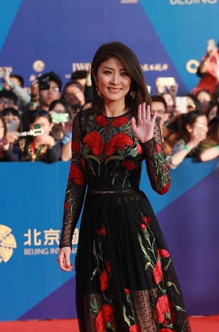Trần Tuệ Lâm cũng biết cách tỏa sáng trên thảm đỏ mà không cần diện đồ kiệm vải.
