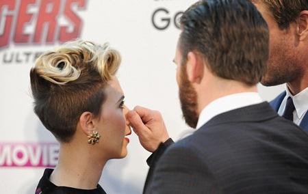 Chris bẹo mũi yêu Scarlett khi hai người đang bàn luận sôi nổi.