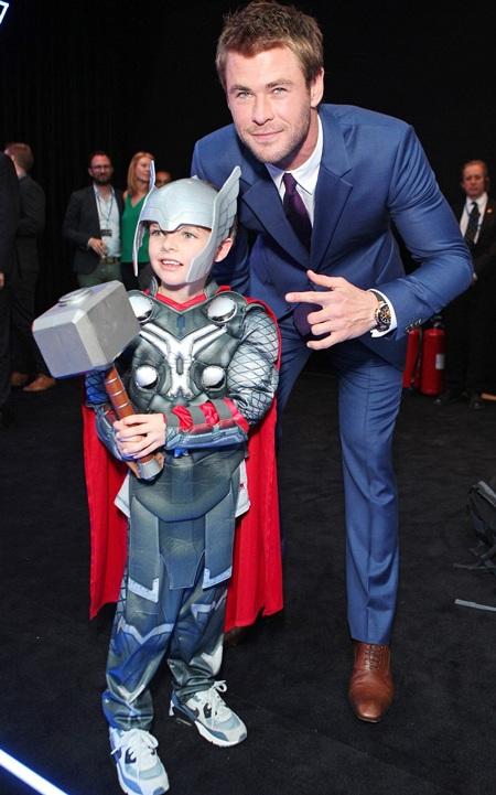 Thần Sấm Chris Hemsworth vui vẻ tạo dáng bên một fan nhí của anh trong buổi ra mắt phim.