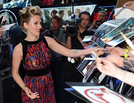 Scarlettt bận rộn ký tặng người hâm mộ.