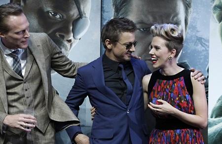 Nữ diễn viên tóc vàng trò chuyện vui vẻ với các đồng nghiệp trên thảm đỏ tại London.