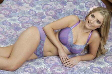 Sophie Adams ký hợp đồng thành gương mặt quảng cáo cho Curvy Kate trong hai năm.