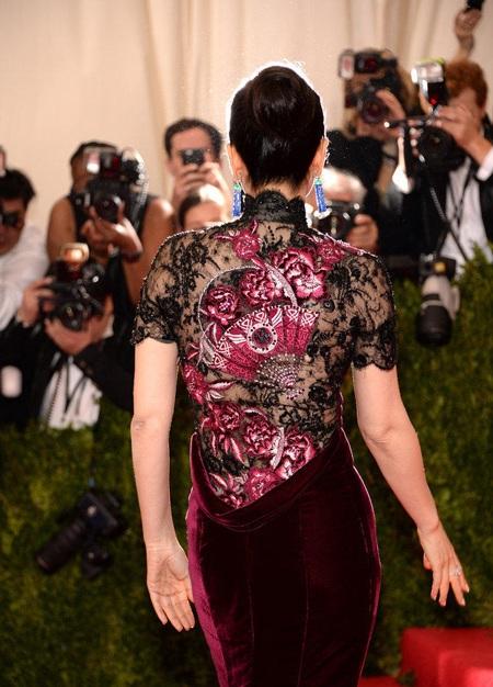 Điểm nhấn của chiếc váy của Củng Lợi chính là họa tiết thêu hoa bằng tay phía lưng váy.
