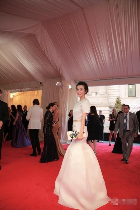 Lý Băng Băng cũng chọn màu trắng cho sự kiện thời trang này