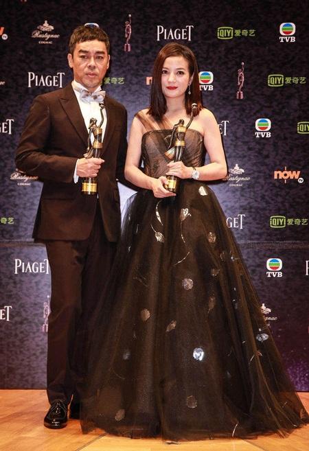 Triệu Vy rạng ngời nhận giải Nữ diễn viên chính xuất sắc