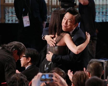 Triệu Vy hạnh phúc ôm hôn các đồng nghiệp trước khi bước lên sân khấu nhận giải.