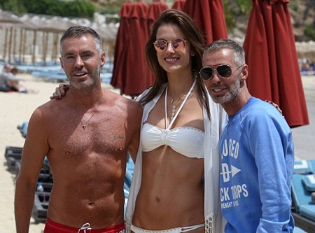 Alessandra vui vẻ chụp hình cùng một số khán giả hâm mộ nhận ra cô trên bãi biển.
