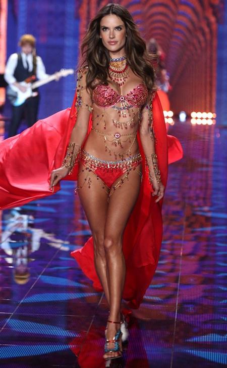 Alessandra Ambrosio trình diễn trong show diễn cuối năm 2014 của Victoria's Secret tại London, Anh.