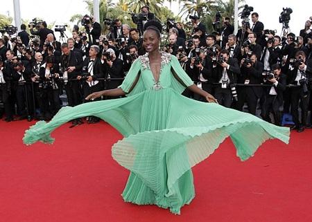 Nupita nổi tiếng sau khi giành giải Oscar dành cho Nữ diễn viên phụ xuất sắc nhất năm