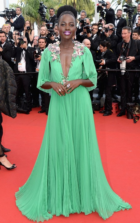 Điểm nhấn của chiếc váy là vòng hoa chạy quanh cổ.