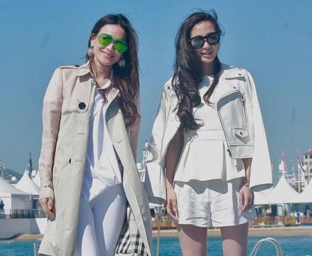 Hai người đẹp cùng diện đồ trắng và tạo dáng dưới cái nắng và gió của thành phố Cannes.