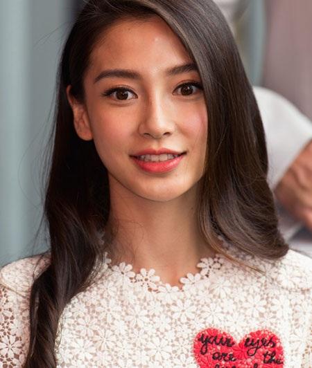 Nụ cười rạng ngời và quyến rũ của một trong những biểu tượng gợi cảm của màn ảnh Hoa ngữ.