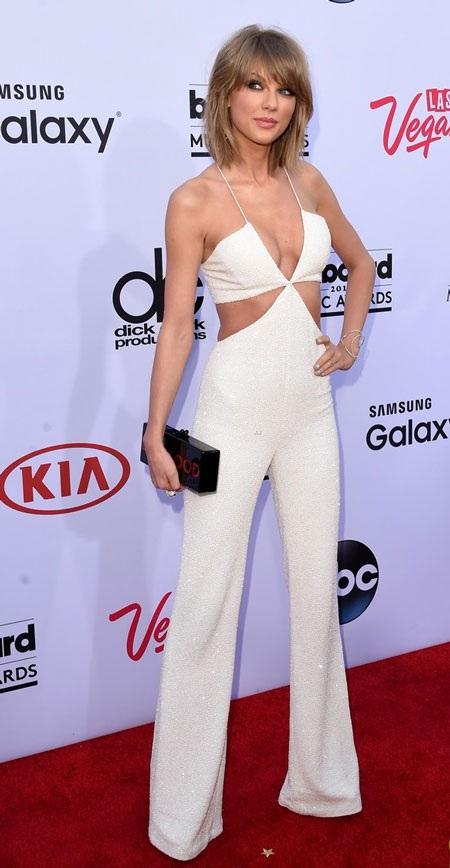 Taylor Swift vừa cá tính vừa hấp dẫn với đồ liền. Cô ẵm tới 7 giải thưởng trong số 14 đề cử.