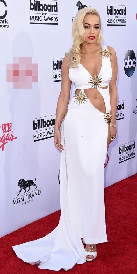 Rita Ora duyên dáng với váy cắt xẻ màu trắng.