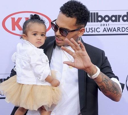 Chris Brown bế theo cô con gái Royalty tới lễ trao giải