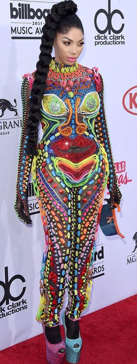 Nữ ca sĩ Dencia với bộ trang phục kỳ dị, cá tính