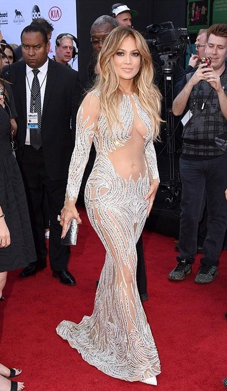 Mỹ nhân 45 tuổi tự tin khoe hình thể hoàn hảo trong chiếc váy ôm sát.