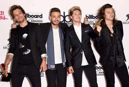 Nhóm One Direction tới dự với bốn thành viên, họ giành giải