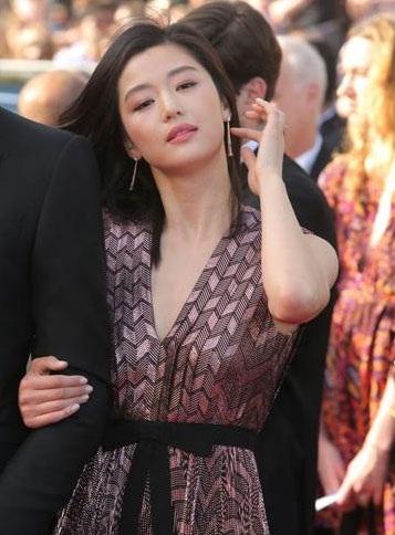 Mỹ nhân của bộ phim Vì sao đưa anh tới diện váy của Gucci.
