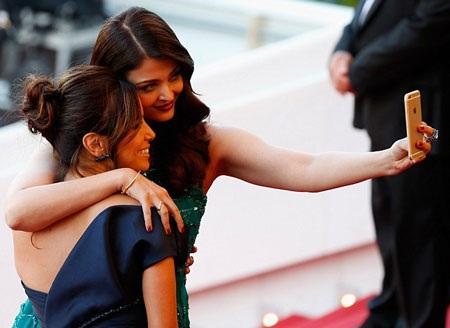 Hai cô gái xinh đẹp tranh thủ trò chuyện và chụp ảnh lưu niệm. Cả hai đều là đại sứ của nhãn hiệu