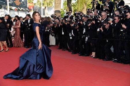Những chuyển động đầy cuốn hút của Eva Longoria trên thảm đỏ khiến các tay máy vô cùng bận rộn.