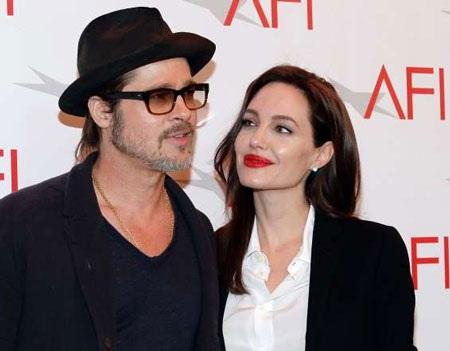 Jolie có khá nhiều hình xăm trên cơ thể, trong đó nhiều hình có tiếng Arab.