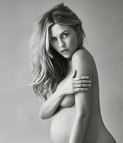 Siêu mẫu Anh Abbey Clancy đã chụp ảnh nude khi mang bầu đứa con thứ hai.