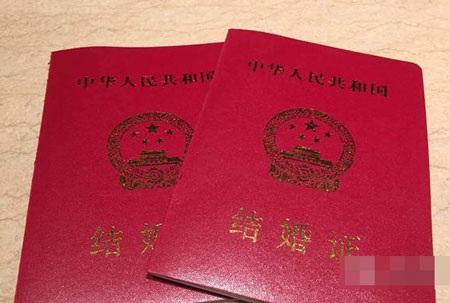 Huỳnh Hiểu Minh hạnh phúc khoe giấy chứng nhận kết hôn của anh và nữ diễn viên Angelababy.