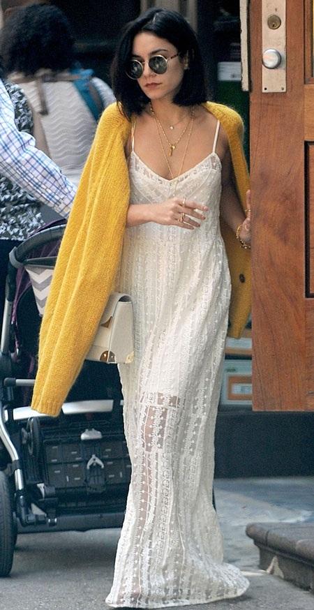 Những chiếc váy mà Vanessa lựa chọn để diện ra phố khá hợp với dáng vóc nhỏ nhắn của cô.