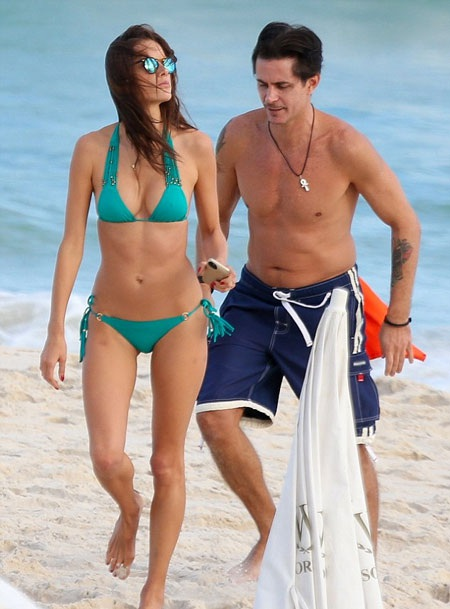 Alessandra Ambrosio xuất hiện trên bãi biển cùng một người bạn khác giới.