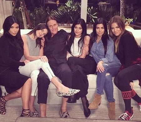 Bruce Jenner bên các cô con gái của mình, hai con đẻ và ba con riêng của vợ cũ.