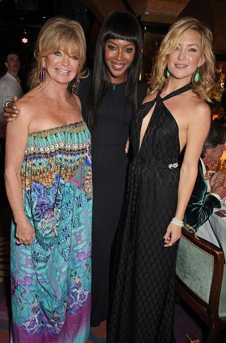 Kate và mẹ chụp ảnh chung với khách mời của bữa tiệc, siêu mẫu da màu Naomi Campbell.
