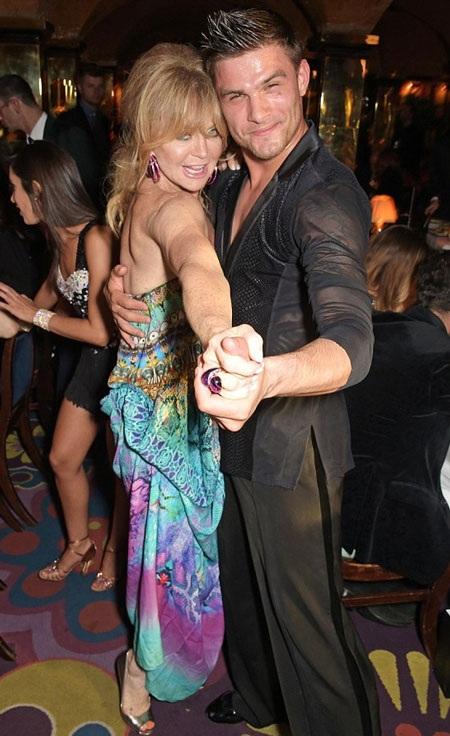 Bà Goldie trổ tài khiêu vũ với khách mời của bữa tiệc.