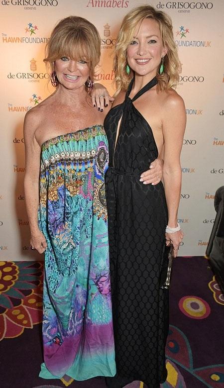 Bà Goldie khoe sắc bên cô con gái kém bà hơn 30 tuổi.