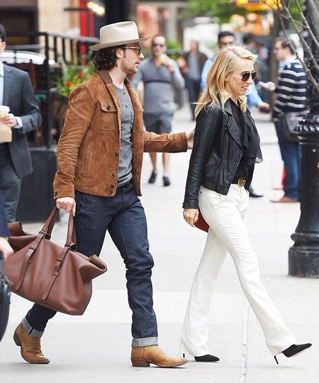 Vợ chồng Sam và Aaron tiếp tục hạnh phúc nắm tay nhau dạo phố trong ngày 4/6.