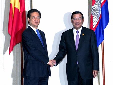 Thủ tướng Nguyễn Tấn Dũng và Thủ tướng Campuchia trong cuộc gặp tại Vientiane - Lào.