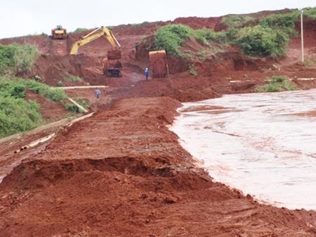 Khu vực xảy ra sự cố, sạt lở đập Hồ thải quặng đuôi số 5 Nhà máy tuyển quặng Tân Rai, Lâm Đồng.