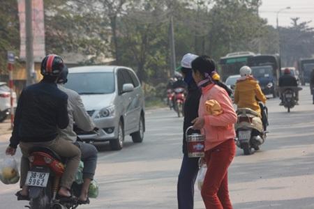 Bệnh nhân và người nhà qua lại trước cổng viện K phải đối mặt với nhiều hiểm họa giao thông.