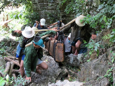Cửu vạn vận chuyển gỗ ra khỏi rừng Phong Nha - Kẻ Bàng.