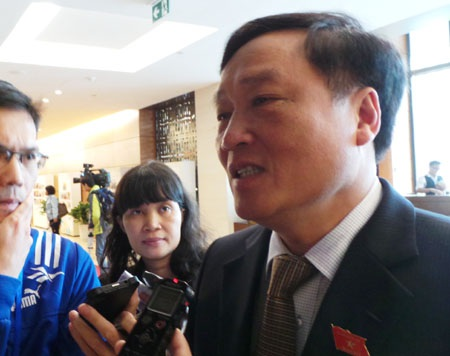 Viện trưởng VKSND tối cao Nguyễn Hòa Bình bên hành lang Quốc hội ngày 10/11.