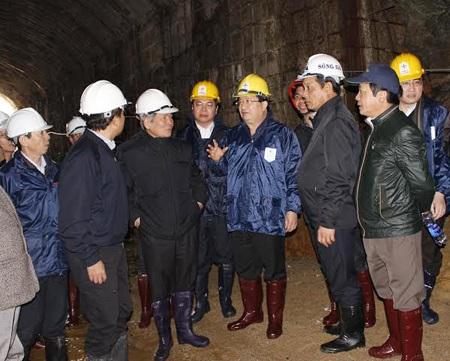 Bộ trưởng Xây dựng (giữa ảnh) trong hầm thủy điện Đạ Dâng, chỉ đạo công tác cứu hộ.