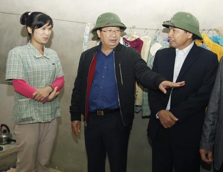 Bộ trưởng Trịnh Đình Dũng thăm hỏi đời sống của công nhân tại nhà ở thuê trong dân.