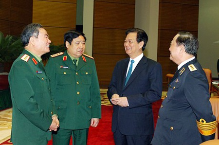 Thủ tướng trao đổi thêm với các tướng lĩnh quân đội, lãnh đạo Bộ Quốc phòng bên hành lang hội nghị.
