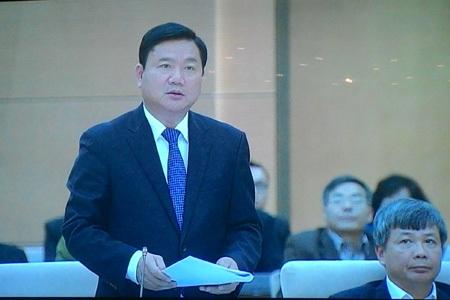 Bộ trưởng GTVT Đinh La Thăng chia lửa với Bộ trưởng Giàng Seo Phử trong phiên chất vấn.