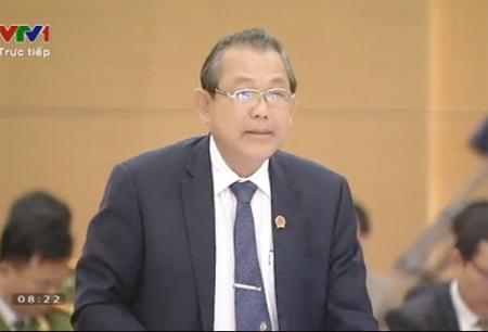 Chánh án TAND tối cao Trương Hòa Bình trả lời chất vấn trước UB Thường vụ Quốc hội.