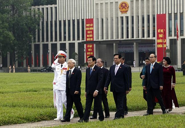 Sáng sớm, lãnh đạo Đảng, Nhà nước dẫn đầu đoàn đại biểu vào lăng viếng Chủ tịch Hồ Chí Minh.