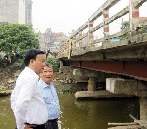 Bộ trưởng GTVT Đinh La Thăng trong lần khảo sát một cầu yếu trên Quốc lộ 38.