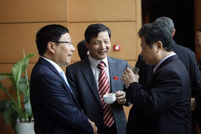Phó Chủ tịch Quốc hội Uông Chu Lưu... vui vẻ chuyện trò với các đồng nghiệp, cộng sự.