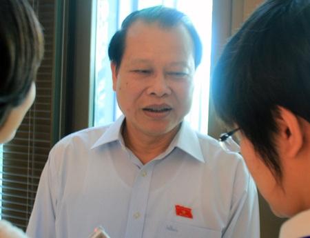Phó Thủ tướng Vũ Văn Ninh trong cuộc trao đổi với PV Dân trí bên hành lang Quốc hội ngày 2/6.