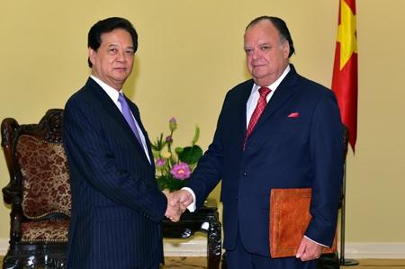 Thủ tướng chào đón Đại sứ Peru Carlos Berninzon sang nhận nhiệm vụ tại Việt Nam.